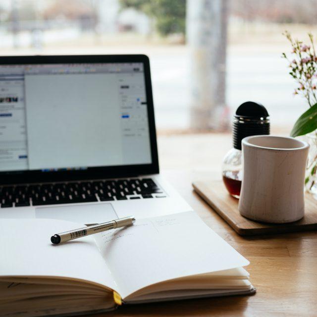 Laptop und Notizbuch